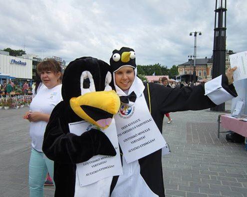 Avita kaveria -vertaisohjaajakoulutusta mainostettiin torilla pingviiniasuissa 12.6.2014!