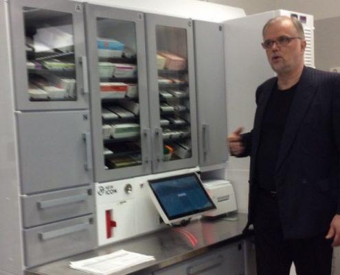 Projektipäällikkö Juhani Kouri esittelee KYS:n Kaarisairaalan älylääkekaappia potilasyhdistyksille. Projektipäällikkö Juhani Kouri esittelee lääkekaappia 23.4.2015.