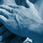 Kädet päällekkäin ruoholla sininen sävy